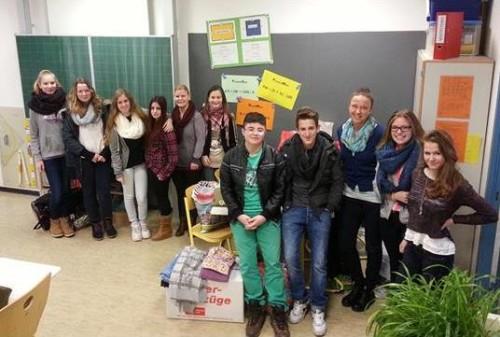 Das Bild zeigt einige der Schülerinnen und Schüler, die Frau Schreiber (dritte von rechts) tatkräftig bei der Spendenaktion geholfen haben.