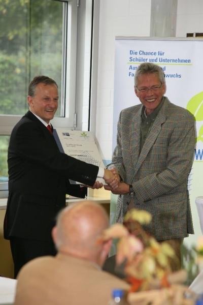 Eröffnung der ERS-Zukunftswerkstatt am 10.10.2013 (v.l. Herr Gerhard Stinner/IHK Darmstadt und Herr Matthias Hürten /Schulleiter ERS)