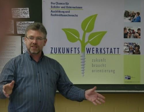 Thomas Kirchhöfer in der Zukunftswerkstatt der Ernst-Reuter-Schule