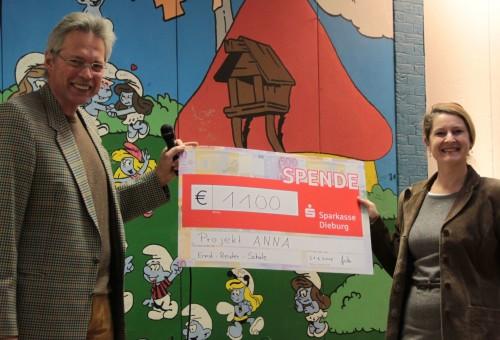 Übergabe der Spende an das Projekt  ANNA der Kinderkliniken Darmstadt (v.l. Schulleiter Matthias Hürten, Kinderärztin Sigrid Gerlach)