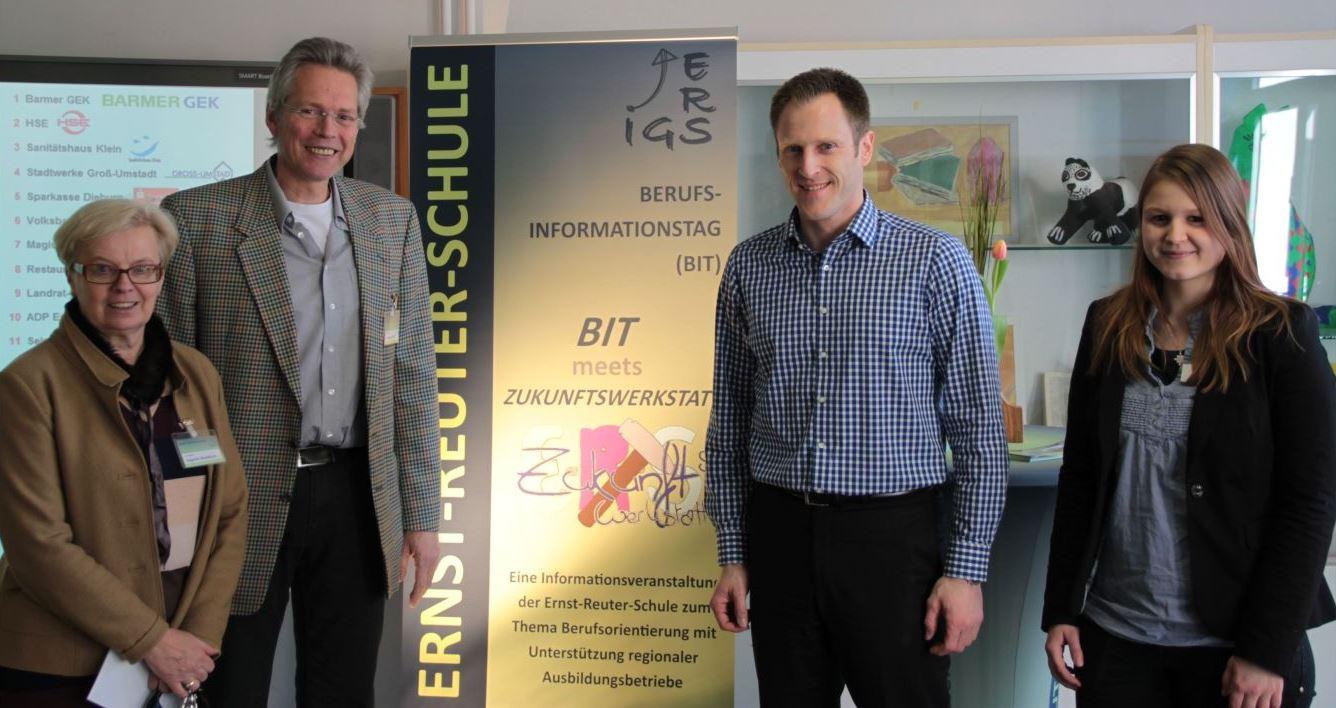(v. l. BIT-Organisatorin Dagmar Waldkirch, Schulleiter Matthias Hürten, Barmer GEK Mitarbeiter Thorsten Burger und Miriam Topel)