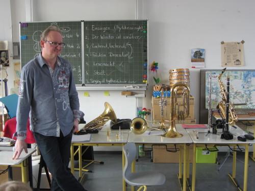 Jaroslav Micka mit seinen Instrumenten