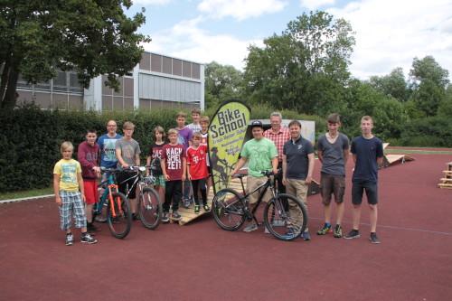 """Eine """"Pumptrack"""" für Groß-Umstadt wollen die Ernst-Reuter-Schule und der Bundestagsabgeordnete Dr. Jens Zimmermann, der hierzu extra in der schuleigenen Bikeschool zu Besuch war."""