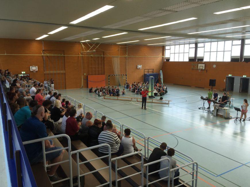 Einschulungsfeier des 5. Schuljahres in der Sporthalle der Ernst-Reuter-Schule.