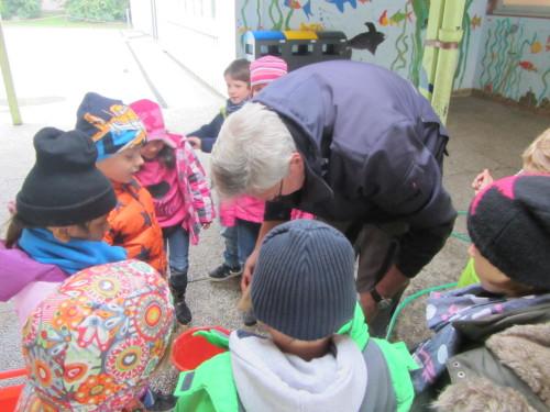 Schulleiter Matthias Hürten half selbst mit beim Äpfel keltern