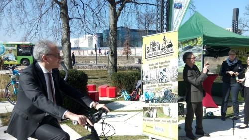 Hessens Minister für Wirtschaft, Energie, Verkehr und Landesentwicklung, Tarek Al-Wazir, beim Erproben des ERS-Bikeschool-Technikparcour