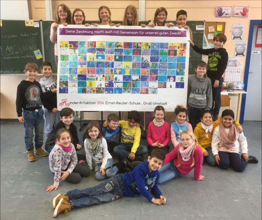 """Stellvertretend für die gesamte """"KinderArtAktion"""" an der Ernst-Reuter-Schule präsentiert die Klasse 3b von Frau Pia Herd das Plakat mit allen Bildern der teilnehmenden Kinder."""